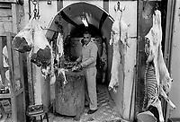 - a Palestinian butcher shop in the old downtown of Hebron....- la bottega di un macellaio palestinese nella città vecchia di Hebron