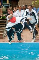 7-6-09, Amersfoort, Tennis, playoffs competitie, Leimonias kampioen, coach Frits Don wordt in het water van het zwembad van de Manege gegooid.