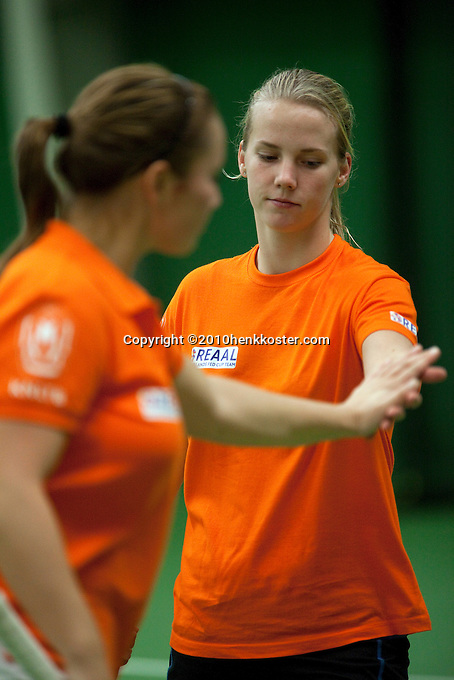 29-1-10, Almere, Tennis, Training Fedcup team, High five tussen het dubbel Nicole Thyssen en Richel Hogenkamp