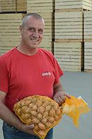 CROATIA, Belica, potato farming at Dodlek Agro / KROATIEN, Belica, Kartoffelanbau bei Familienbetrieb Dodlek Agro, Vater Dodlek, mit Zwiebelsack