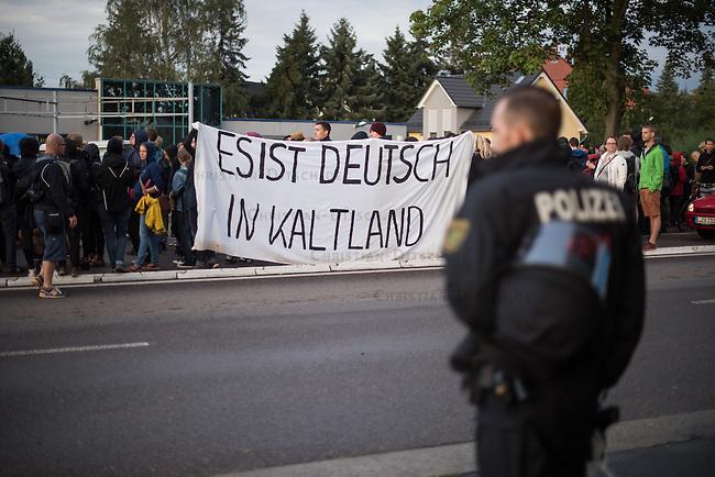Wilkommensfest fuer Fluechtlinge im saechsichen Heidenau.<br /> Nachdem Polizei und politisch Verantwortliche vergeblich versucht hatten ein Wilkommensfest fuer Fluechtlinge mit dem Argument des Polizeilichen Notstands zu verbieten feierten hunderte Menschen zusammen. Fuer die Fluechtlinge waren Kleidungs- und Sachspenden nach Heidenau gebracht worden, die in Berlin, Dresden und anderswo gesammelt wurden.<br /> Zahlreiche Polizeikraefte waren zum Schutz des Festes im Einsatz.<br /> Im Bild: Die Fluechtlingsunterstuetzer gehen mit einer Demonstration zum Bahnhof um nach Hause zu fahren.<br /> 28.8.2015, Heidenau<br /> Copyright: Christian-Ditsch.de<br /> [Inhaltsveraendernde Manipulation des Fotos nur nach ausdruecklicher Genehmigung des Fotografen. Vereinbarungen ueber Abtretung von Persoenlichkeitsrechten/Model Release der abgebildeten Person/Personen liegen nicht vor. NO MODEL RELEASE! Nur fuer Redaktionelle Zwecke. Don't publish without copyright Christian-Ditsch.de, Veroeffentlichung nur mit Fotografennennung, sowie gegen Honorar, MwSt. und Beleg. Konto: I N G - D i B a, IBAN DE58500105175400192269, BIC INGDDEFFXXX, Kontakt: post@christian-ditsch.de<br /> Bei der Bearbeitung der Dateiinformationen darf die Urheberkennzeichnung in den EXIF- und  IPTC-Daten nicht entfernt werden, diese sind in digitalen Medien nach §95c UrhG rechtlich geschuetzt. Der Urhebervermerk wird gemaess §13 UrhG verlangt.]