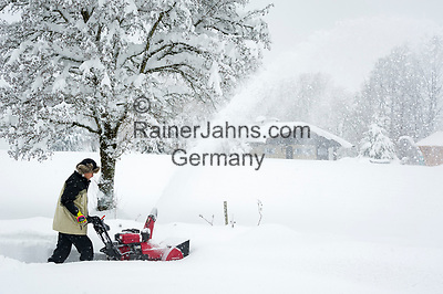 Deutschland, Bayern, Chiemgau, Siegsdorf: Schneeraeumung nach starkem Schneefall mit einer Schneefraese | Germany, Bavaria, Chiemgau, Siegsdorf: snow removal after heavy snowfall with a snowblower