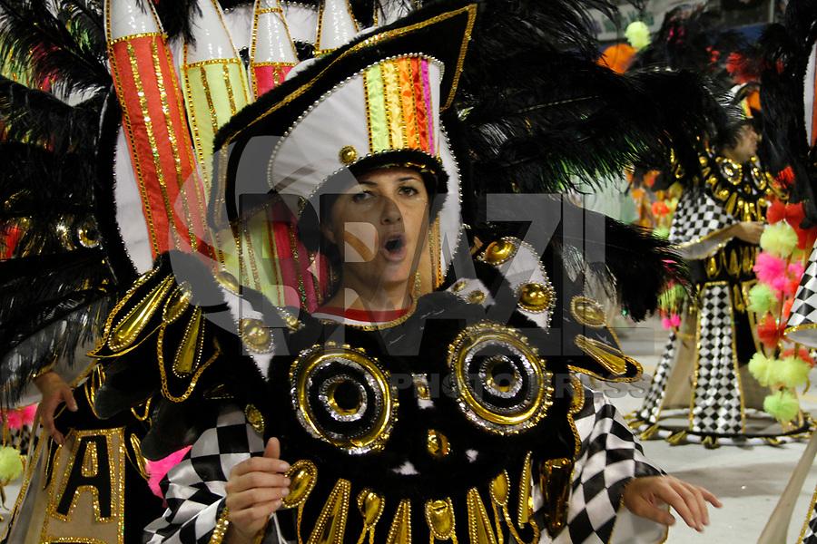 SÃO PAULO, SP, 06 DE MARÇO DE 2011 -  CARNAVAL 2011 / X-9  -  Integrantes da da X-9 durante desfile da escola no segundo dia dos desfiles das escolas do Grupo Especial de São Paulo, no Sambódromo do Anhembi, zona norte da capital paulista, na madrugada deste domingo. (FOTO: VANESSA CARVALHO/ NEWS FREE)