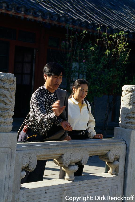 China, Peking, im daoistischen Tempel Baiyun Guan (Tempel zur weißen Wolke), Besucher werfen Münzen in Brunnen