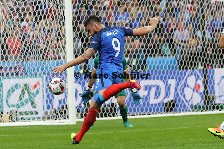 Olivier Giroud (Frankreich) trifft zum 1:0 gegen Hannes Halldorsson (Island) - UEFA EURO 2016: Frankreich vs. Island, Stade de France, Viertelfinale