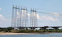 Nederland  Nijmegen  - September 2020.     Elektriciteitsmasten bij de Waal.     Foto : ANP/ Hollandse Hoogte / Berlinda van Dam