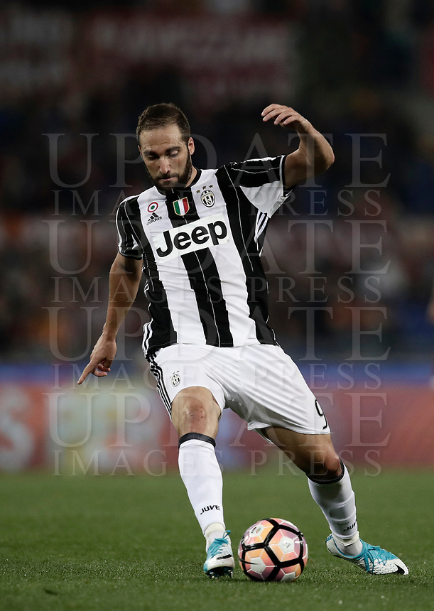 Calcio, Serie A: Roma, stadio Olimpico, 14 maggio 2017.<br /> Juventus' Gonzalo Higuain in action during the Italian Serie A football match between AS Roma and Juventus at Rome's Olympic stadium, May 14, 2017.<br /> UPDATE IMAGES PRESS/Isabella Bonotto