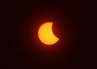 BOGOTA -COLOMBIA , 21- 8-2017. Asi se vió en Fontibón en el  occidente de la capital el eclipse de sol , imagen captada a las 2.40pm.Thus was seen in Fontibon in the west of the capital the eclipse of sun, image captured at 2:40 pm . Photo: VizzorImage / Felipe Caicedo / Staff