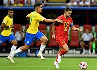 KAZAN - RUSIA, 06-07-2018: PHILIPPE COUTINHO (Izq) jugador de Brasil disputa el balón con Eden HAZARD (C) (Der) jugador de Bélgica durante partido de cuartos de final por la Copa Mundial de la FIFA Rusia 2018 jugado en el estadio Kazan Arena en Kazán, Rusia. / PHILIPPE COUTINHO (L) player of Brazil fights the ball with Eden HAZARD (C) (R) player of Belgium during match of quarter final for the FIFA World Cup Russia 2018 played at Kazan Arena stadium in Kazan, Russia. Photo: VizzorImage / Julian Medina / Cont