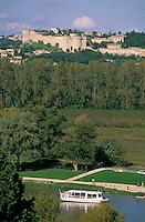 Europe/France/Provence-Alpes-Côte- d'Azur/84/Vaucluse/Avignon: depuis le Palais des Papes vue sur le Rhone avec en fond Villeneuve-les-Avignon - navigation touristique sur le fleuve