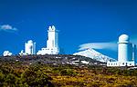 Spanien, Kanarische Inseln, Teneriffa, Observatorio de Izana (Sternwarte) und schneebedeckter Pico del Teide | Spain, Canary Islands, Tenerife, Observatorio de Izana and snow covered Pico del Teide