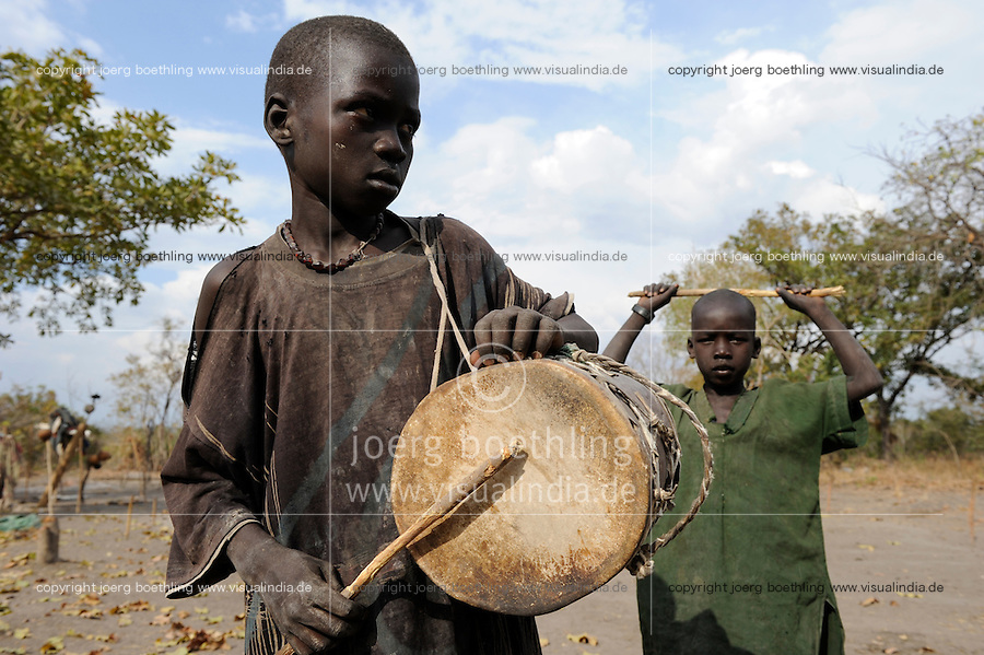 "Afrika Sued-Sudan Rumbek , junge Dinka Hirte im cattle camp  -  Afrikaner afrikanisch xagndaz | .Africa South Sudan Rumbek , young Dinka shephard in cattle camp with drum .| [ copyright (c) Joerg Boethling / agenda , Veroeffentlichung nur gegen Honorar und Belegexemplar an / publication only with royalties and copy to:  agenda PG   Rothestr. 66   Germany D-22765 Hamburg   ph. ++49 40 391 907 14   e-mail: boethling@agenda-fototext.de   www.agenda-fototext.de   Bank: Hamburger Sparkasse  BLZ 200 505 50  Kto. 1281 120 178   IBAN: DE96 2005 0550 1281 1201 78   BIC: ""HASPDEHH"" ,  WEITERE MOTIVE ZU DIESEM THEMA SIND VORHANDEN!! MORE PICTURES ON THIS SUBJECT AVAILABLE!! ] [#0,26,121#]"