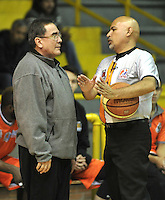 BOGOTA - COLOMBIA: 24-03-2014: Carlos Parra (Izq.), entrenador de Bucaros Freskaleche, dialoga con el Jose Juyo (Der.) arbitro durante partido entre Guerreros de Bogota y Bucaros Freskaleche de Bucaramanga por la fecha 3 de la Liga Directv Profesional de Baloncesto I en partido jugado en el Coliseo El Salitre de la ciudad de Bogota. / Carlos Parra (L), coach of Bucaros Freskaleche, speaks with Jose Juyo (R) referee during a match between Guerreros de Bogota and Bucaros Freskaleche of Bucaramanga for the  date 3 of La Liga Directv Profesional de Baloncesto I, game at the El Salitre Coliseum in Bogota City. Photo: VizzorImage / Luis Ramirez / Staff.