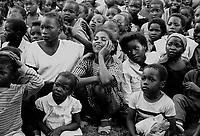 Mozambico, Africa, Maputo, gruppo di bambini assiste ad uno spettacolo teatrale