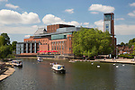 United Kingdom, England, Warwickshire, Stratford-upon-Avon: Royal Shakespeare Theatre on the River Avon | Grossbritannien, England, Warwickshire, Stratford-upon-Avon: Royal Shakespeare Theatre am Fluss Avon