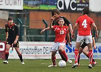 UEFA Women's Under 17 Championship - Second Qualifying round - group 1 : Switzerland - Belgium  : .Carmen Pulver aan de bal voor de opzittende Lotte Aertsen en de toekijkende Karen Verrydt (links).foto DAVID CATRY / Vrouwenteam.be