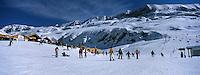 Europe/France/Rhône-Alpes/38/Isère/l'Alpe-d'Huez: Piste et restaurant d'altitude Chantebise 2100m à l'arrivée du télécabine des Grandes Rousses à 2100m en fond les sommets du massif des Grandes Rousses et le Pic Blanc 3380m