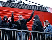 """Nazi Aufmarsch / Demo in Leipzig Ost - Leipziger verhindert den Zug durch die Stadt mit Blockade am S-Bahnhof Sellerhausen - unter dem Motto """"Leipzig nimmt Platz"""" nahmen Hunderte Leipziger an der bunten Gegenveranstaltung teil - sie schafften es den Start des Aufmarsches solange zu verhindern bis die Polizei die Kundgebung für beendet erklärte - in diesem Moment (ca. 16:40) eskalierte die Situation auf Seiten der Sympathiesanten der rechten Szene - Steine und Flaschen flogen - die Polizei bekam die Situation rasch wieder unter Kontrolle - im Bild:  Provozieren bereits vom Bahnsteig aus - ankommende Rechte am Zug.  Foto: Norman Rembarz..Norman Rembarz , ASV-Autorennummer 41043728 , Holbeinstr. 14, 04229 Leipzig, Tel.: 01794887569, Hypovereinsbank: BLZ: 86020086, KN: 357889472, St.Nr.: 231/261/06432 - Jegliche kommerzielle Nutzung ist honorar- und mehrwertsteuerpflichtig! Persönlichkeitsrechte sind zu wahren. Es wird keine Haftung übernommen bei Verletzung von Rechten Dritter. Autoren-Nennung gem. §13 UrhGes. wird verlangt. Weitergabe an Dritte nur nach  vorheriger Absprache.."""
