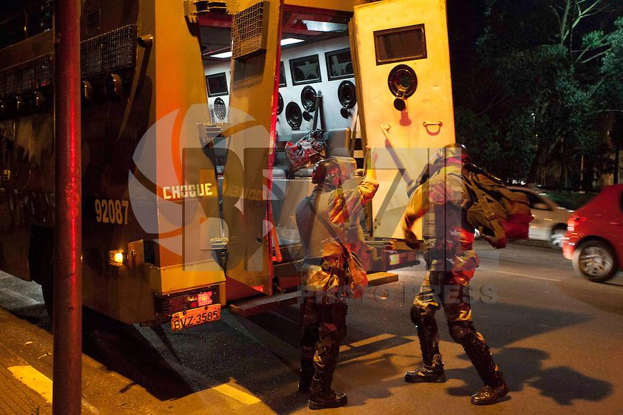 SAO PAULO,TERCA-FEIRA,30 DE JULHO DE 2013,MANIFESTACAO EM SAO PAULO CONTRA O ALCKIMIN - Manifestantes se encontraram no Largo do batata em seguiram no sentido Avenida Paulista,mas ouve desvio no trajeto e seguiram sentido a rua Governador Lacerda Franco onde o CHOQUE fez uma berreira para conter manifestantes,FOTO:WARLEY LEITE/BRAZIL PHOTO PRESS