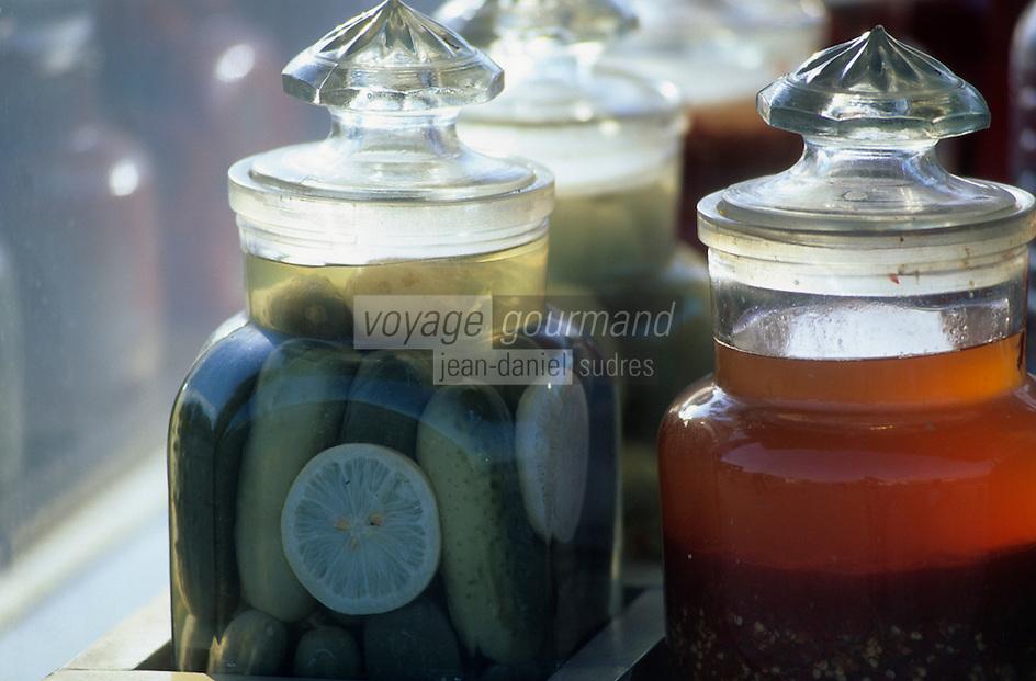 Europe/Turquie/Istanbul : Vendeur de légumes marinés au port d'Eminonu