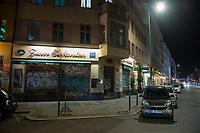 Aufgrund einer Anordnung des Berliner Senat muessen seit dem 13. Maerz 2020 Bars, Clubs und Kneipen geschlossen beleiben um die Ausbreitung des Corona-Virus zu verlangsamen.<br /> Im Bild: Geschlossene Kneipe und leere Strasse am Samstagabend um 22.30 in der Kreuzberger Oranienstrasse.<br /> 14.3.2020, Berlin<br /> Copyright: Christian-Ditsch.de<br /> [NUR FUER REDAKTIONELLE ZWECKE! Werbung nur auf Anfrage beim Fotografen. Inhaltsveraendernde Manipulation des Fotos nur nach ausdruecklicher Genehmigung des Fotografen. Vereinbarungen ueber Abtretung von Persoenlichkeitsrechten/Model Release der abgebildeten Person/Personen liegen nicht vor. NO MODEL RELEASE! Don't publish without copyright Christian-Ditsch.de, Veroeffentlichung nur mit Fotografennennung, sowie gegen Honorar, MwSt. und Beleg. Konto: I N G - D i B a, IBAN DE58500105175400192269, BIC INGDDEFFXXX, Kontakt: post@christian-ditsch.de<br /> Bei der Bearbeitung der Dateiinformationen darf die Urheberkennzeichnung in den EXIF- und  IPTC-Daten nicht entfernt werden, diese sind in digitalen Medien nach §95c UrhG rechtlich geschuetzt. Der Urhebervermerk wird gemaess §13 UrhG verlangt.]