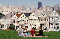CHINESE-AMERICAN FAMILY PICNIC IN ALAMO SQUARE, SAN FRANCISCO. CHINESE-AMERICAN FAMILY. SAN FRANCISCO CALIFORNIA USA PARK.