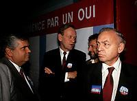 Alfonso Gagliano, Jean Chretien et John Ciaccia<br /> (PLQ) durant le referendum de 1992<br /> <br /> PHOTO :  Pierre Roussel<br />  - Agence Quebec Presse