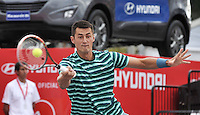 BOGOTA – COLOMBIA – 18-07-2014: Bernard Tomic de Australia, devuelve la bola a Vasek Pospisil, de Canada durante partido de cuartos de final del Open Claro Colombia de tenis ATP 250, que se realiza en las canchas del Centro de Alto Rendimiento en Altura en ciudad de Bogota.  / Bernard Tomic of Australia, returns the ball to Vasek Pospisil, of Canada, during a match for the quarter of finals of the Open Claro Colombia de tenis ATP 250, at Centro de Alto Rendimiento en Altura in Bogota City. Photo: VizzorImage / Luis Ramirez / Staff.