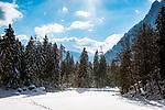 Deutschland, Bayern, Chiemgau, Ruhpolding: der zugefrorene Taubensee, dahinter die Chiemgauer Alpen | Germany, Bavaria, Chiemgau, Ruhpolding: frozen lake Taubensee and Chiemgau Alps