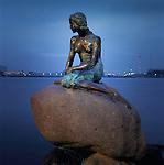 Denmark, Zealand, Copenhagen: Little Mermaid (Den Lille Havfrue) statue based on heroine of Hans Christian Andersen's fairy tale | Daenemark, Insel Seeland, Kopenhagen: Die Kleine Meerjungfrau, weltbekannte Figur aus dem gleichnamigen Maerchen des daenischen Dichters Hans Christian Andersen