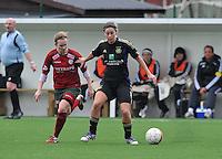 Dames Zulte - Waregem - RSC Anderlecht : Cynthia Browaeys aan de bal voor Catherine Szynal.foto DAVID CATRY / VROUWENTEAM.BE