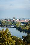 Germany, Bavaria, Upper Palatinate, Regensburg: panorama view with river Danube   Deutschland, Bayern, Oberpfalz, Regensburg: Stadtpanorama mit Donau
