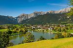 Oesterreich, Salzburger Land, im Pinzgau, Saalfelden: Ritzensee - kuenstlich angelegter Badesee vor Berchtesgadener Alpen (Steinernes Meer) | Austria, Salzburger Land, at Pinzgau region, Saalfelden: Ritzensee - man-made swimming lake with Berchtesgaden Alps (Steinernes Meer)