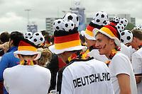GERMANY, Hamburg, soccer fans at public viewing FIFA soccer world cup 2010, game Germany - Serbia / DEUTSCHLAND, Hamburg St. Pauli Heiligengeistfeld, Fans beim public viewing FIFA WM, Fussballspiel Deutschland - Serbien 0:1 am 18. Juni 2010