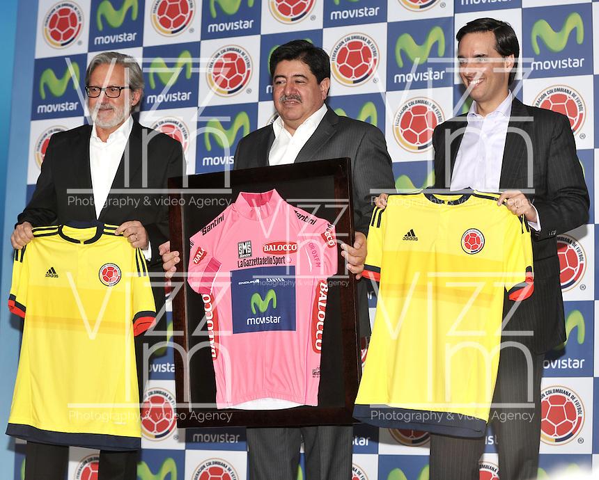 BOGOTA - COLOMBIA - 13-04-2015: Luis Bedoya (Cent.) Presidente de la Federacion Colombiana de Futbol (FCF),  Ariel Ponton (Izq.) CEO de Movistar Colombia y Alfonso Gomez (Der.) Presidente Ejecutivo  de Telefonica Colombia, durante la renovación del patrocinio de MOvistar como socio oficial de la Selección Colombia de Futbol. / Luis Bedoya (C) President of the Colombian Football Federation (FCF),  Ariel Ponton (L) CEO of Movistar Colombia and Alfonso Gomez (R) Executive Chairman of Telefónica Colombia (R), during the renewal of Movistar assponsorship as official partner of Colombia Soccer Team.  / Photo: VizzorImage / Luis Ramirez / Staff.