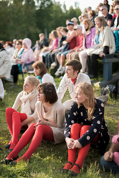 Estland, Zuschauer beim ersten Nargen Gesangs-Festival auf der Insel Naissaar in Estland <br /> <br /> Engl.: Europe, the Baltic, Estonia, Naissaar island, first Naissaar Song Celebration, song festival, culture, visitors, women, meadow, 28 June 2014<br /> <br /> || Sieben herausragende Accapella-Choere aus Estland singen Lieder mit Bezug auf das Meer und geben auch schon einen kleinen Vorgeschmack auf das Repertoire des grossen Saengerfeste in Tallinn, 28.06.2014