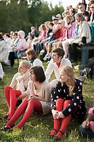 Estland, Zuschauer beim ersten Nargen Gesangs-Festival auf der Insel Naissaar in Estland <br /> <br /> Engl.: Europe, the Baltic, Estonia, Naissaar island, first Naissaar Song Celebration, song festival, culture, visitors, women, meadow, 28 June 2014<br /> <br />    Sieben herausragende Accapella-Choere aus Estland singen Lieder mit Bezug auf das Meer und geben auch schon einen kleinen Vorgeschmack auf das Repertoire des grossen Saengerfeste in Tallinn, 28.06.2014