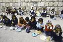 Irak 1992   Halabja: déjeuner de jeunes enfants dans la cour d'une école   Iraq 1992  Halabja in ruins: lunch in a courtyard for little girls