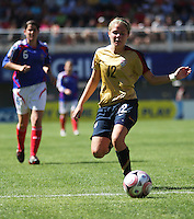 Chile, Chillan:: Usa Midfield Ingrid Wells goes for the ball along  during the firth football match of the Fifa U-20 Women¥s World Cup the at Nelson Oyarz˙n stadium in Chill·n , on November the ninth 2008. GROSNIA / sergio Araneda