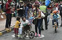CALI - COLOMBIA, 14-04-2020: Una madre con sus hijos de espera el llamado durante la jornada de repatriación de 215 venezolanos hacía su país desde Cali en el día 22 de la cuarentena total en el territorio colombiano causada por la pandemia  del Coronavirus, COVID-19. / A mother with her sons waits for the call during the repatriation journey of 215 Venezuelans to their country from Cali during the day 22 of total quarantine in Colombian territory caused by the Coronavirus pandemic, COVID-19. Photo: VizzorImage / Gabriel Aponte / Staff