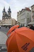 Europe/République Tchèque/Prague:la Place de la Vieille-Ville  avec en fond l'église Notre Dame du Tyn   -  Excursion touristique organisée