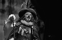 Théâtre Daniel Sorano. Le 15 Octobre 1984. l'acteur Maurice Sarrazin (à gauche) jouant Cyrano de Bergerac. Il porte un costume d'époque et un faux nez
