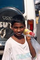 junger Straßenhändler, Bombay (Mumbai), Maharashtra, Indien
