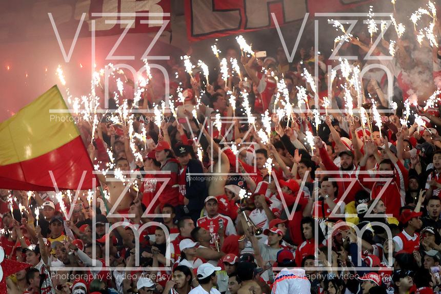 BOGOTA -COLOMBIA, 21-DICIEMBRE-2014. Hinchas del Independiente Santa Fe  alientan a su equipo durante el partido contra  el Independiente Medellin de la final vuelta de la Liga Postobon 2014-II del futbol colombiano primera division  jugado en el estadio Nemesio Camacho El Campin de Bogota . /  Independiente Santa Fe fans cheer for their team during the match against Independiente Medellin in the final round of the League Postobon II 2014-Colombian Primera Division football played at the Nemesio Camacho El Campin stadium in Bogota. . Photo / VizzorImage / Felipe Caicedo  / Staff