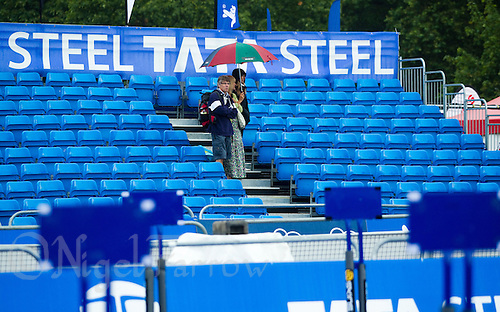 25 JUL 2010 - LONDON, GBR - Spectators shelter from the rain as the  Age Group race gets underway at the London round of the ITU World Championship Series triathlon (PHOTO (C) NIGEL FARROW)