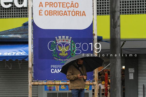 Campinas (SP), 18/08/2020 - Clima-SP - Pedestres enfrentam chuva e frio no centro de Campinas, interior de São Paulo, nesta terça-feira (18). A frente fria que atingiu a cidade trouxe chuva, após 30 dias de estiagem.