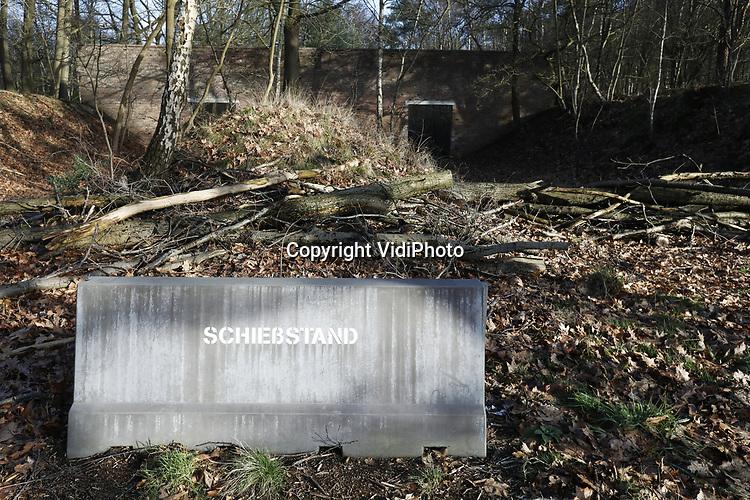 Foto: VidiPhoto<br /> <br /> SOESTERBERG – Een afgelegen herdenkingsplek, diep in de bossen van de voormalige vliegbasis Soesterberg, herinnert aan de executie van 33 Nederlandse verzetsstrijders op 19 november 1942 door de Duitze bezetter. Het enige dat ze met plek gemeen hebben, is dat ze naar deze toen Duitse vliegbasis werden getransporteerd en daar achter de schietbaan door een vuurpeloton in koelen bloede werden vermoord. Om de schoten te camoufleren vonden er op dat moment aan de voorzijde schietoefeningen plaats door Duitse soldaten. Vrijwilligers van het Nationaal Militair Museum Herman van den Berg en Adriaan van Hemert (met pet), hebben zich in deze vrij onbekend gebleven massa-executie verdiept. Foto: De Duitse schietbaan.
