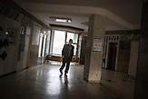 Am häufigsten betrifft die Infektion die Lunge, sie kann sich<br />aber auch an fast allen anderen Organen manifestieren, wie<br />beispielsweise den Nieren, Hirnhäuten, Lymphknoten (oft bei HIVInfizierten<br />und bei Kindern) oder dem Rückenmark. // Moldova is still the poorest country of Europe. Hopes to join the European Union are high. After progress in the past years tuberculosis is on the rise again. The number of new patients raise since 2010 and is on a level that has not been reached since the late 90s.