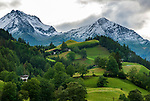 Oesterreich, Osttirol, Pustertal, Pustertaler Hoehenstrasse, bei Lienz: Bauernhoefe vor Lienzer Dolomiten   Austria, East-Tyrol, Puster Valley, near Lienz: farmhouses and Lienz Dolomites