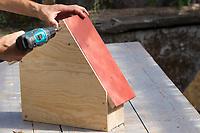 """Wildbienen-Nisthilfe Modell """"Blockhütte"""". Die Rückwand aus Sperrholz wird an der Rückseite verschraubt. Besteht aus Hartholzblöcken mit unterschiedlichen Bohrungen, Schilfstängeln, Natur-Strohhalmen und Pappröhrchen, Wildbienen-Nisthilfen, Wildbienen-Nisthilfe selbermachen, selber machen, Wildbienenhotel, Insektenhotel, Wildbienen-Hotel, Insekten-Hotel"""